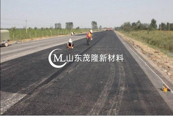 塑料土工格栅铺设方向一直与路基中线垂直