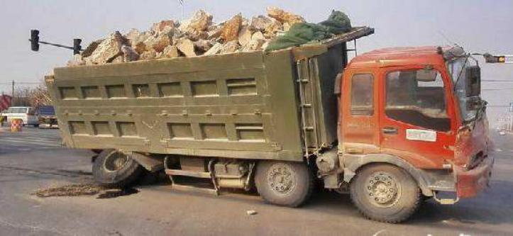 大货车超载,让土工格栅道路情何以堪